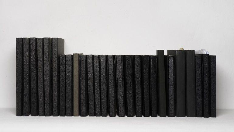 Ignasi Aballí Libretas negras, 2008. Impresión digital sobre papel fotográfico, 89 x 105 cm. Colección particular