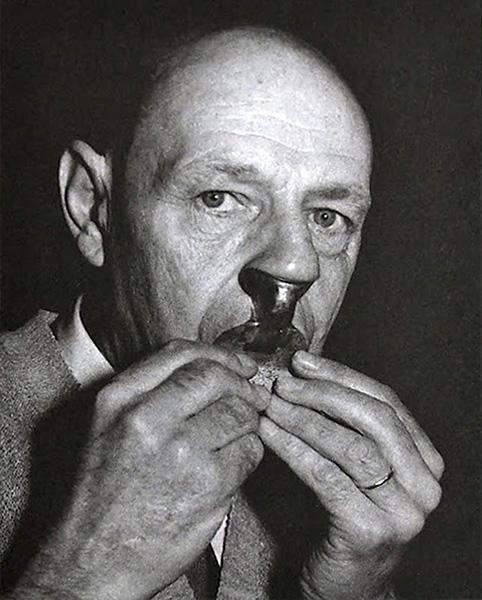 """Jean Dubuffet tocando con una flauta nasal, también llamada """"naciente"""", 1961. Foto de J. Weber"""