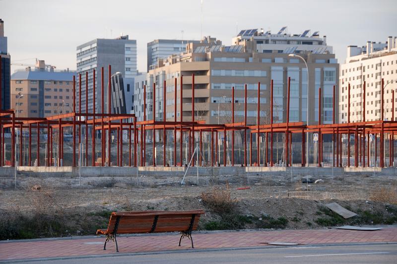 Hans Haacke. Castillos en el aire, 2012 (Ensanche de Vallecas, Av. de Valdeculabras entre la Calle del Arte Conceptual y la Calle del Arte Figurativo, parcela 5.46) © Hans Haacke/VEGAP, Madrid, 2012