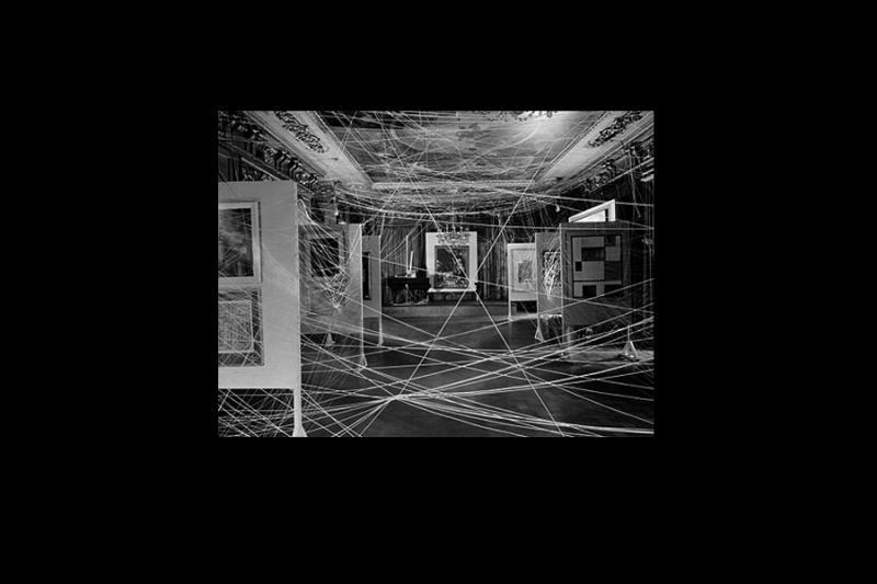 Vista de la instalación Mile of String de Marcel Duchamp para la exposición First Papers of Surrealism organizada por André Breton en Nueva York, 1942
