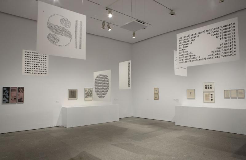 Vista de sala de la exposición. León Ferrari y Mira Schendel. El alfabeto enfurecido,  2010