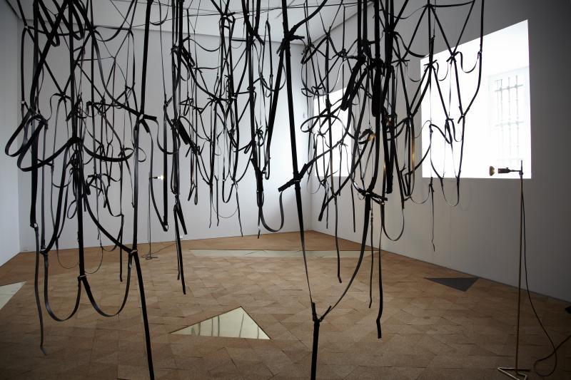 Vista de sala de la exposición. Leonor Antunes. camina por ahí. mira por aquí / walk around there. look through here, 2011
