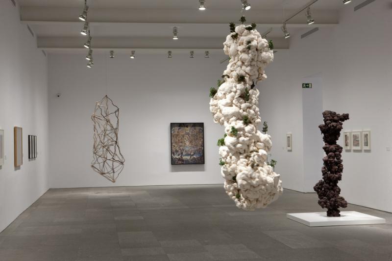 Primer plano: León Ferrari. Árboles. Espuma de poliuterano pintada y árboles de polímero sintético, 2006