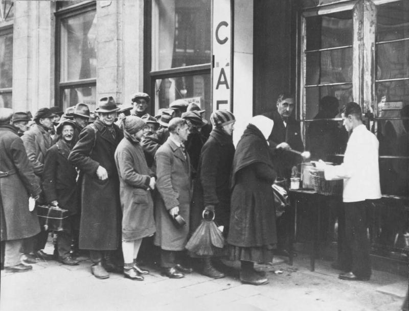 Lothar Ruebelt. The needy at the social kitchen in Steyr, Austria, 1932. IMAGNO/Collection Christian Brandstätter, Wien