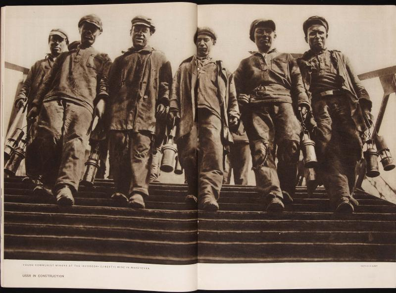Revista URSS EN CONSTRUCCIÓN. nº3. Moscú 1931. Imagen de Max Alpert (Jóvenes mineros en la mina Svoboda (Libertad) de Makeyevka)