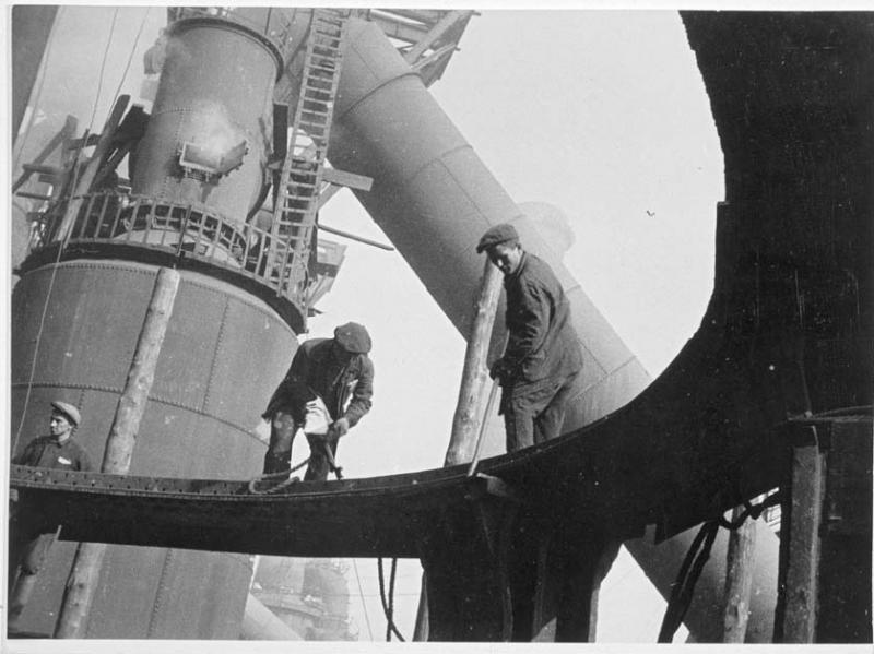 Gregori Zelma. Trabajadores en la construcción de un alto horno, 1930.  Museum Ludwig, Colonia