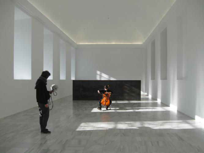 Edu Comelles y Sara Galán durante la grabación de campo para la pieza I'm playing in this room.