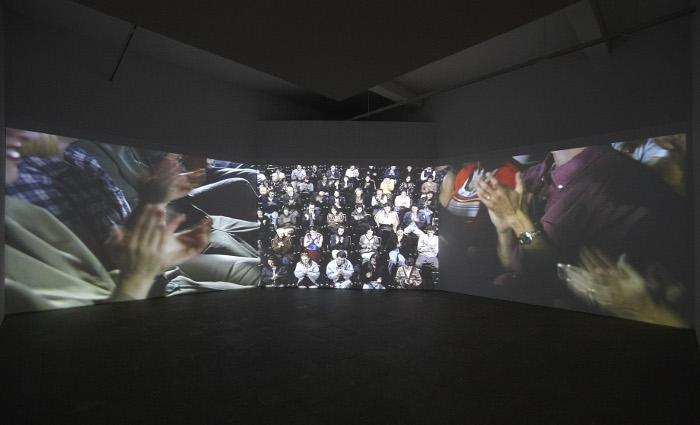 Vista de sala de la exposición. Antoni Muntadas.Entre/Between, 2011