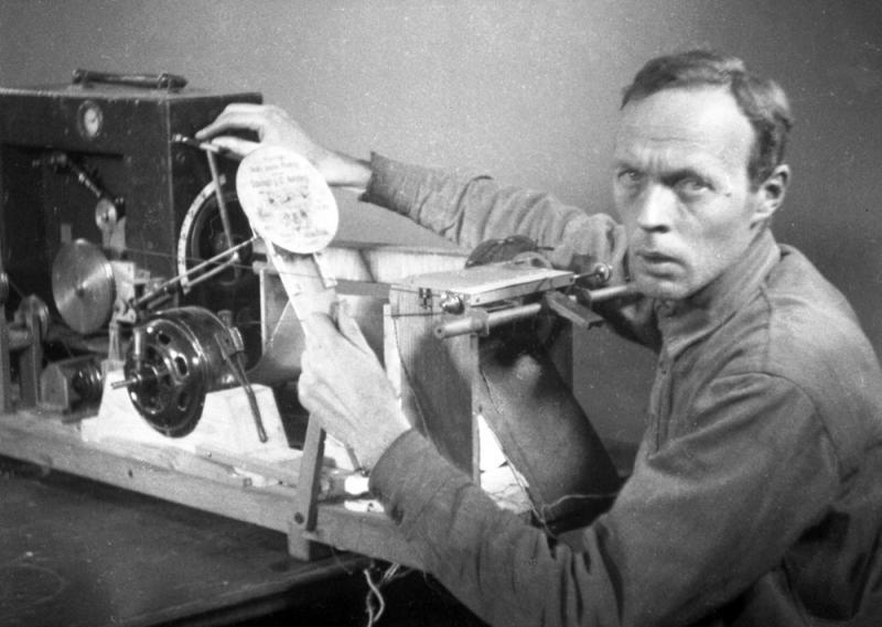 Evgeny Sholpo con su variophone. 1932
