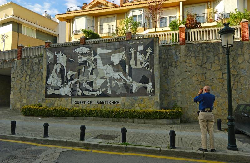 Mural en Gernika, Vizcaya 2005 © Heinz Hebeisen/ Iberimage