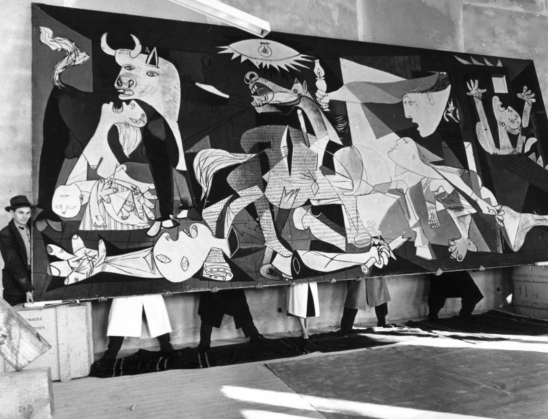 Montaje de la exposición  'Guernica, avec 60 études' en el Nationalmuseum de Estocolmo, 1956 © Kary Lasch/DN//TT