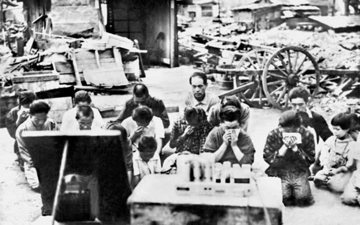 El pueblo japonés arrodillado, escuchando la radio en Tokio, mientras el emperador Hirohito anuncia su rendición en la Segunda Guerra Mundial