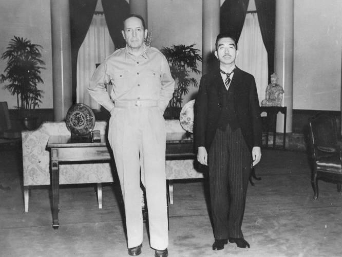 Gaetano Faillace. General McArthur y el emperador Hirohito en el cuartel general de los aliados en Tokio. 17 de septiembre de 1945