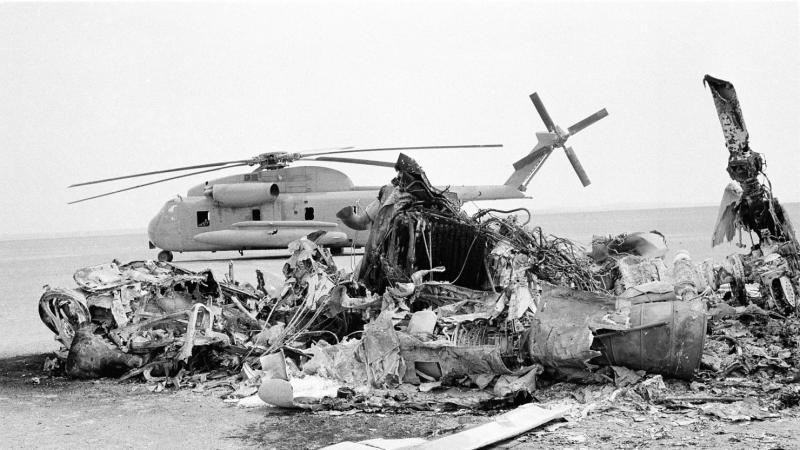Restos de un accidente aéreo de la fallida misión secreta operación Garra de Águila © Associated Press