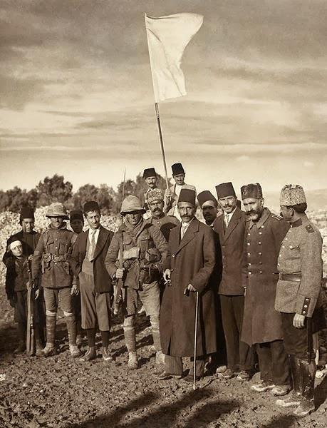 The Mayor of Jerusalem Hussein Effendi el Husseini meeting with Sergts. Sedwick and Hurcomb of the 2/19th Battalion, London Regiment, under the white flag of surrender, Dec. 9th [1917] at 8 a.m., 1917 © The Library of Congress