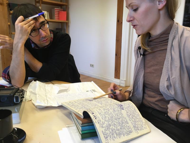 Māra Žeikare con los diarios del Latvian Center for Contemporary Art. Foto: Sara Buraya