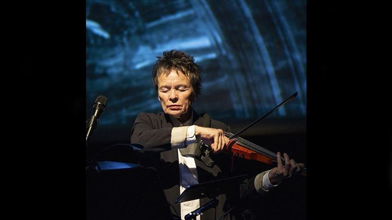 Laurie Anderson durante su performance en el Museo Reina Sofía, noviembre 2018. Foto Lisbeth Salas