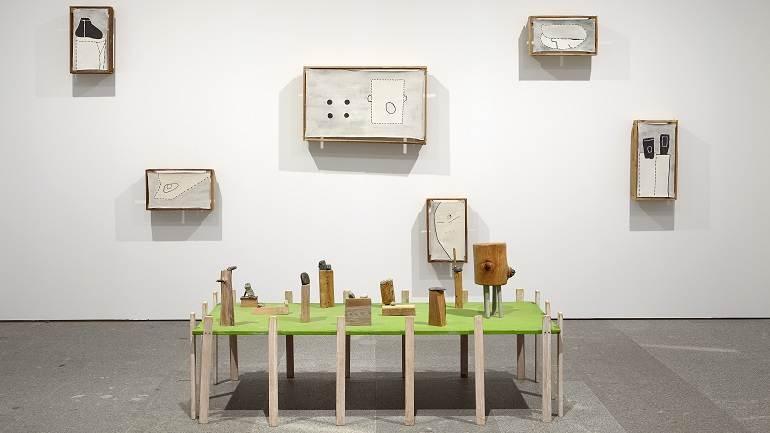 Vista de la exposición Ree Morton. Sé un lugar, sitúa una imagen, imagina un poema, 2015