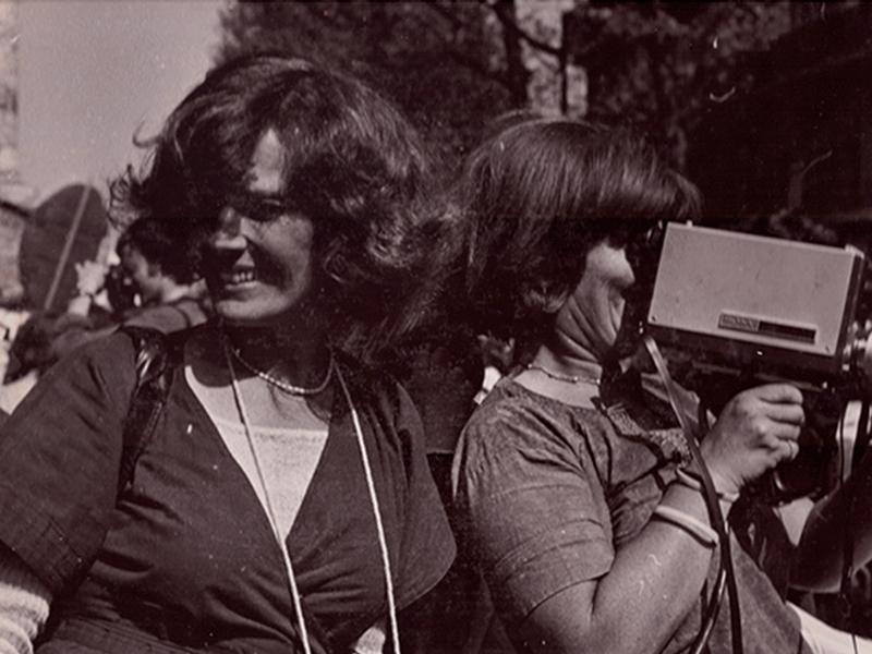 Micha Dell-Prane, Delphine Seyrig and Ioana Wieder holding a camera during a demonstration, 1976. Black and white photography. Courtesy of Centre audiovisuel Simone de Beauvoir