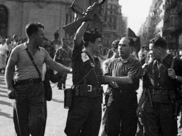Joan Gracía Oliver y junto a Buenaventura Durruti y otros compañeros anarquistas celebran el éxito de la CNT-FAI en el aplastamiento del golpe de Estado fascista en Barcelona del 17, 18 y 19 de julio de 1936