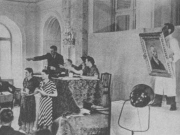 Subasta de arte degenerado incautado. Salón principal del Grand Hotel National de Lucerna, 1939. El marchante Theodor Fischer (extremo izquierdo) subastando el Autorretrato  de Vicent van Gogh.