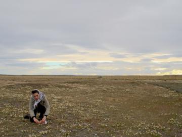 La artista Alejandra Pérez en Pali Aike, Patagonia