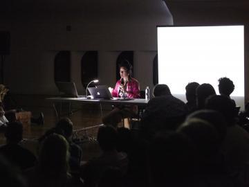 Hito Steyerl durante la conferencia performativa  Explosión de ojos. Museo Reina Sofía, 18 de noviembre de 2015