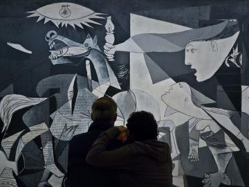 Mario Giambattista. Guernica, 2011 © Sucesión Pablo Picasso, VEGAP