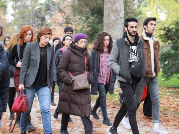 Un grupo de personas junto a Esther Ferrer realizando la acción TA TE TI TO TU el 23 de noviembre de 2017